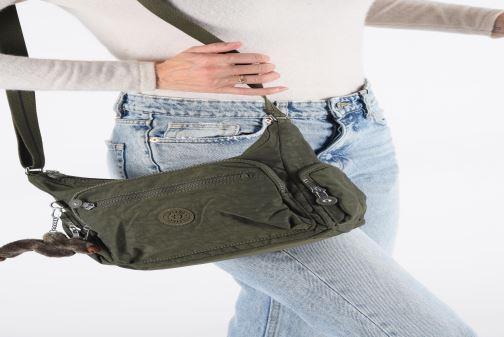 Handtaschen Kipling Gabie S blau ansicht von unten / tasche getragen
