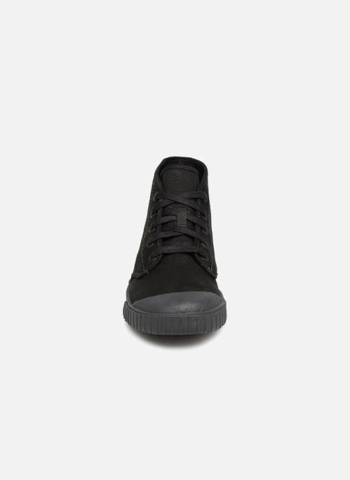 Sneakers Clarks Cyrus Rise Nero modello indossato