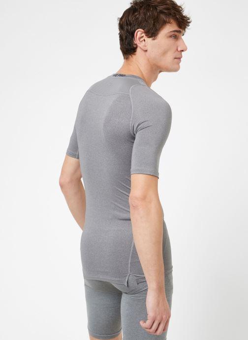 Ropa Nike M  Nike Pro Top Short-Sleeve Comp Gris vista del modelo