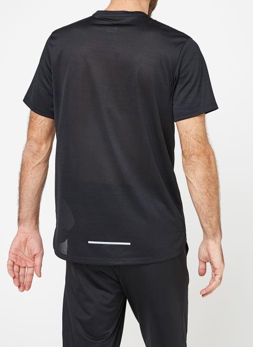 Vêtements Nike M Nike Dry Miler Top Short-Sleeve Noir vue portées chaussures