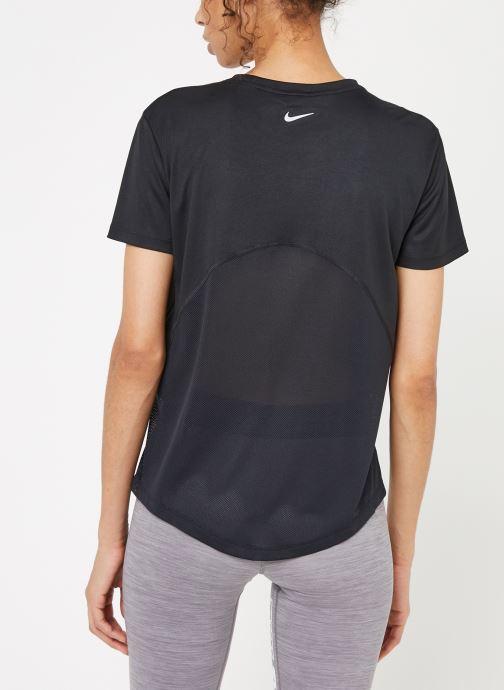 Vêtements Nike W Nike Miler Top Short-Sleeve Noir vue portées chaussures