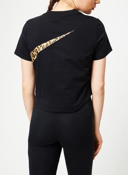 Ropa Nike W Nike Sportwear Top Short-Sleeve Crop Anml Negro vista del modelo