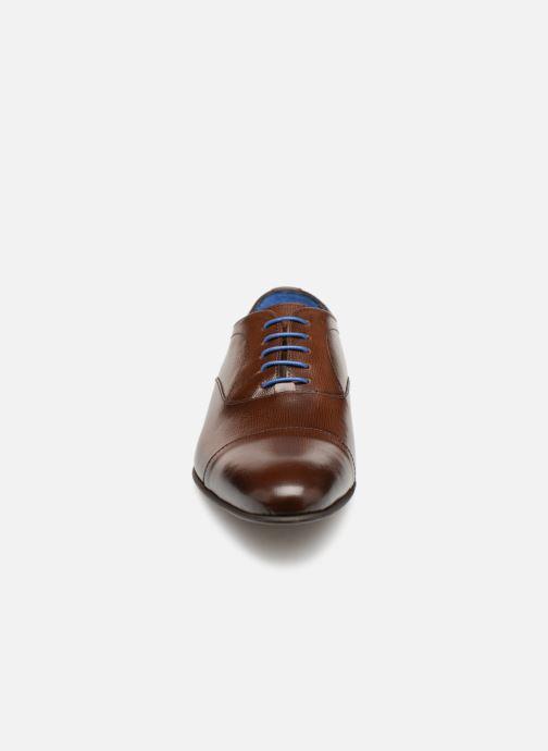 Scarpe con lacci Azzaro Cipria Marrone modello indossato