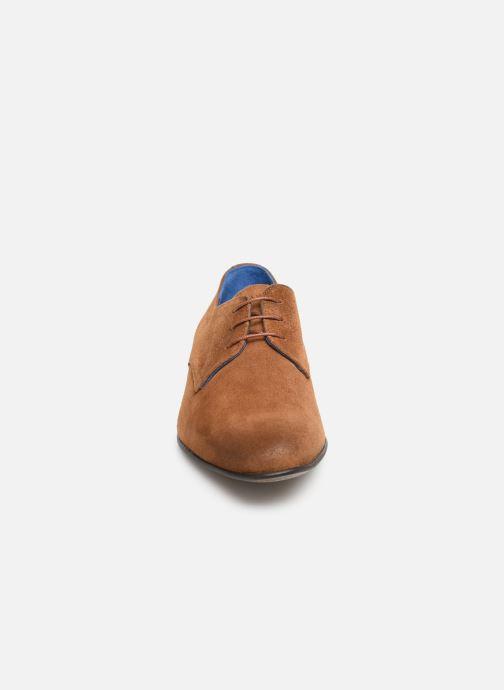 Scarpe con lacci Azzaro Cristalin Marrone modello indossato