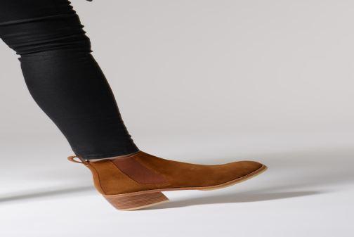Bottines et boots Clarks Originals Amara Chelsea Marron vue bas / vue portée sac