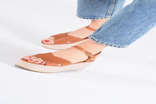 Sandales et nu-pieds Chie Mihara Omero Marron vue bas / vue portée sac