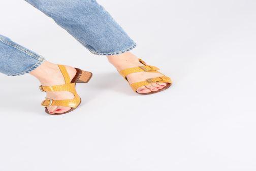 Sandales et nu-pieds Chie Mihara Querina Jaune vue bas / vue portée sac