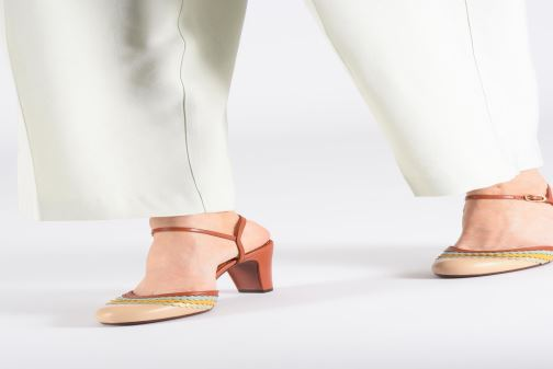 Sandales et nu-pieds Chie Mihara Kudi Marron vue bas / vue portée sac