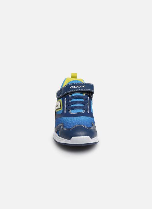 Sneakers Geox J Dakin Boy J929FA Azzurro modello indossato