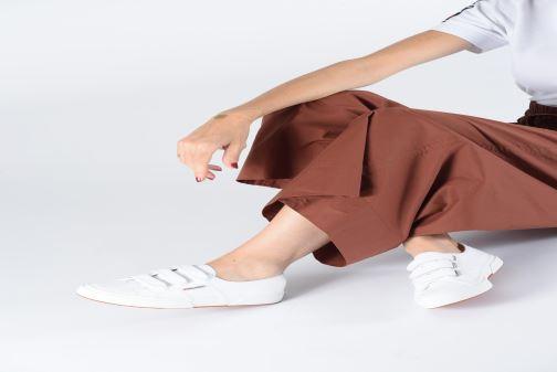 Sneaker Superga 2750 Cot 3 Strapu C weiß ansicht von unten / tasche getragen