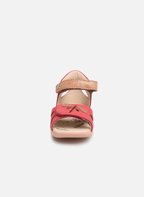 Sandali e scarpe aperte Kickers Beshine Rosa modello indossato