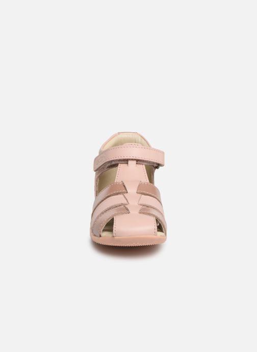 Sandali e scarpe aperte Kickers Bigflo Rosa modello indossato