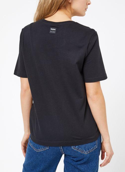 Vêtements Reebok Gigi Tshirt Noir vue portées chaussures