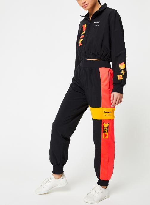Vêtements Reebok Gigi Trackjacket Noir vue bas / vue portée sac