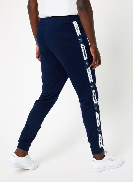 Vêtements Reebok CL FT Taped Pant Bleu vue portées chaussures