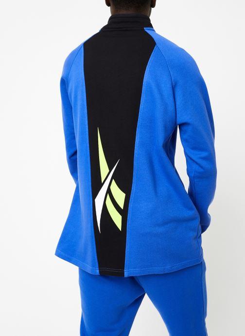Vêtements Reebok CL V 1/4 Zip Bleu vue portées chaussures