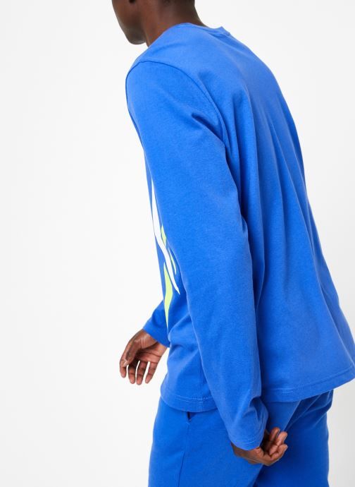 Vêtements Reebok CL V LS Tee Bleu vue portées chaussures