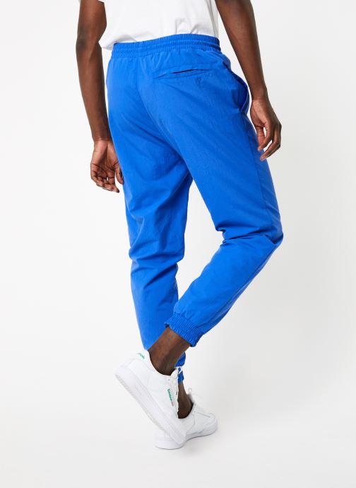 Vêtements Reebok CI Unisex V Trackpant Bleu vue portées chaussures