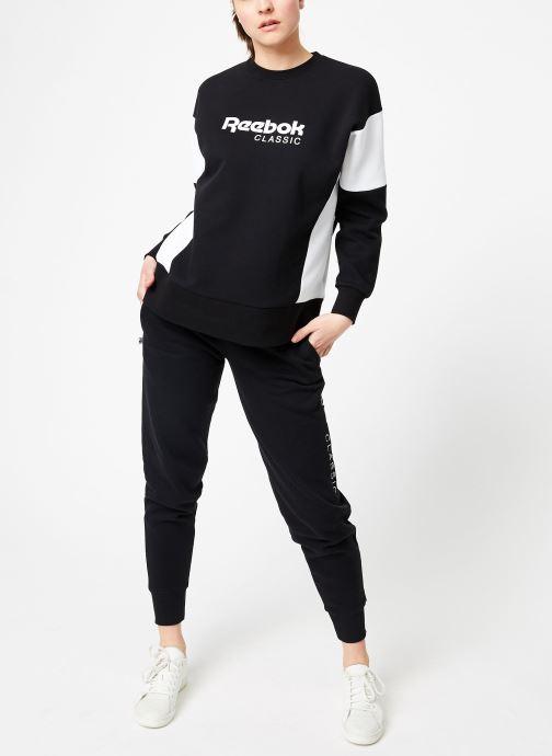 Vêtements Reebok CL A Crew Noir vue bas / vue portée sac