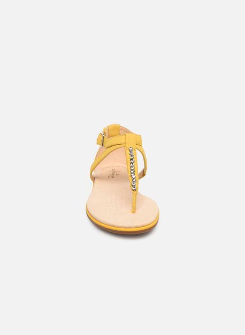 Sandali e scarpe aperte Clarks Bay Poppy Giallo modello indossato