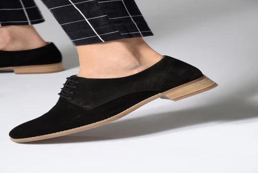 Snörade skor Clarks NETLEY BLOOM Svart bild från under