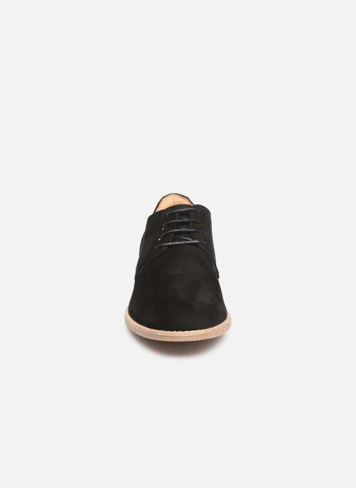 Snörade skor Clarks NETLEY BLOOM Svart bild av skorna på