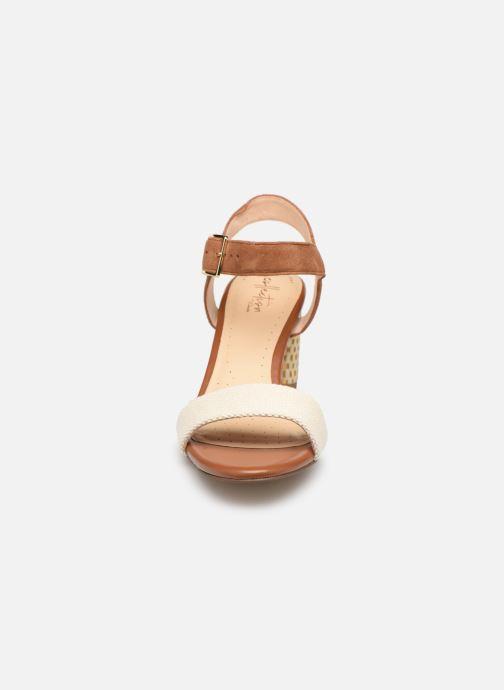 Sandales et nu-pieds Clarks Amali Weave Marron vue portées chaussures