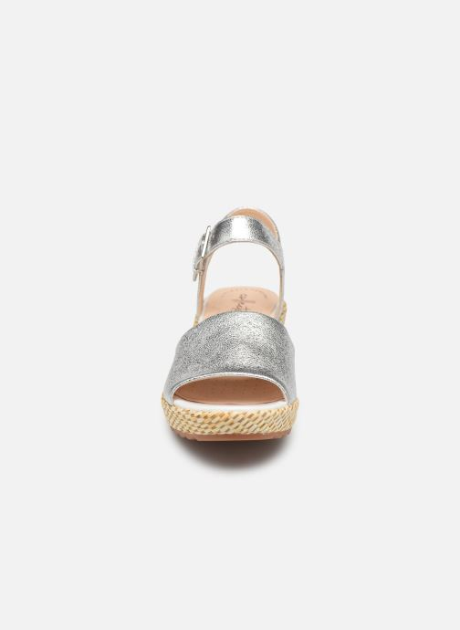 Sandali e scarpe aperte Clarks Kamara Sun Argento modello indossato