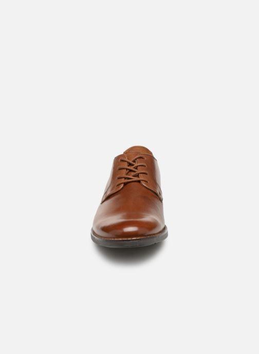 Chaussures à lacets Clarks BECKEN PLAIN Marron vue portées chaussures
