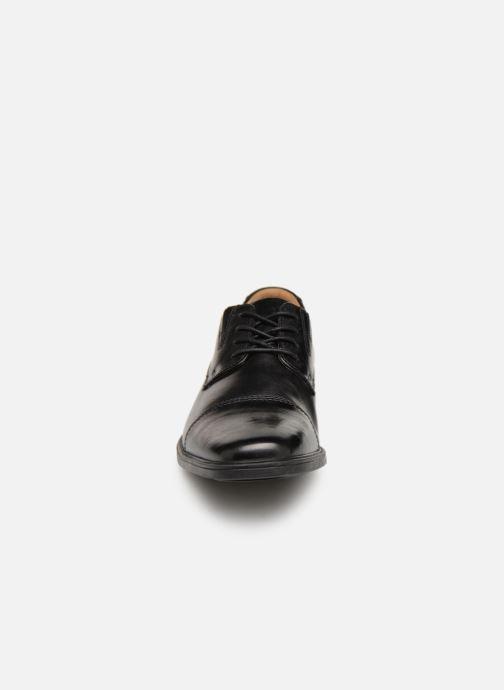 Snörade skor Clarks TILDEN CAP Svart bild av skorna på