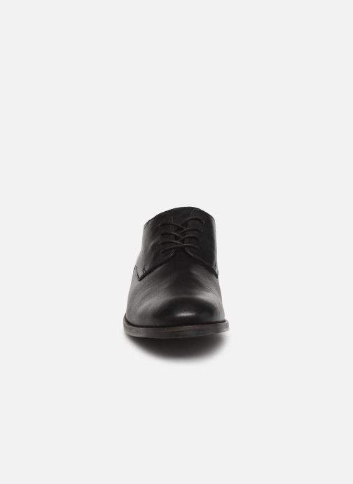 Scarpe con lacci Clarks FLOW PLAIN Nero modello indossato