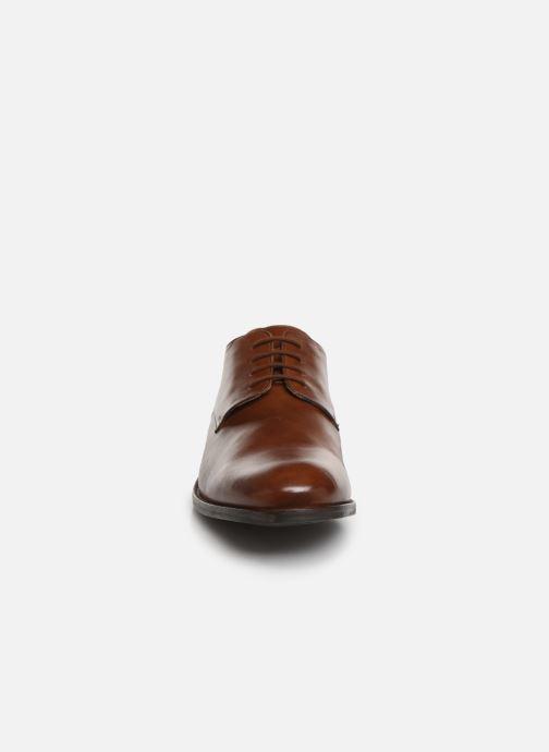 Scarpe con lacci Clarks FLOW PLAIN Marrone modello indossato