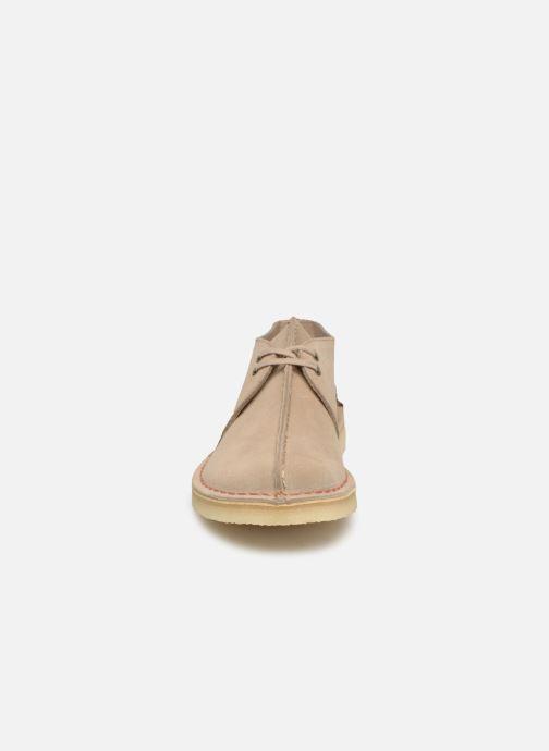 Zapatos con cordones Clarks Originals DESERT TREK Beige vista del modelo