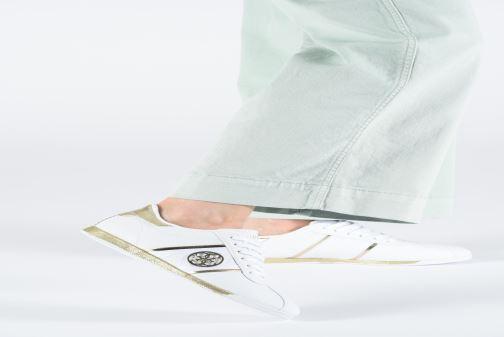 Sneaker Guess RYLINN weiß ansicht von unten / tasche getragen