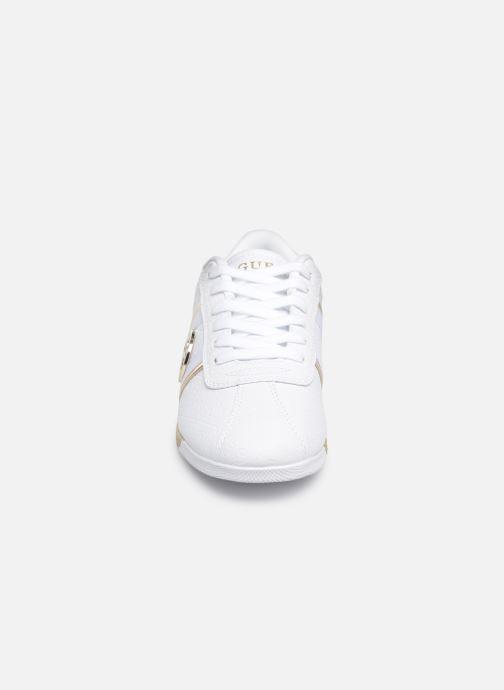 Baskets Guess RYLINN Blanc vue portées chaussures