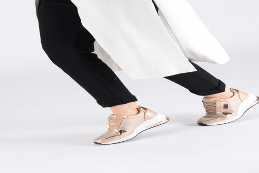 Sneaker Guess JANEET gold/bronze ansicht von unten / tasche getragen