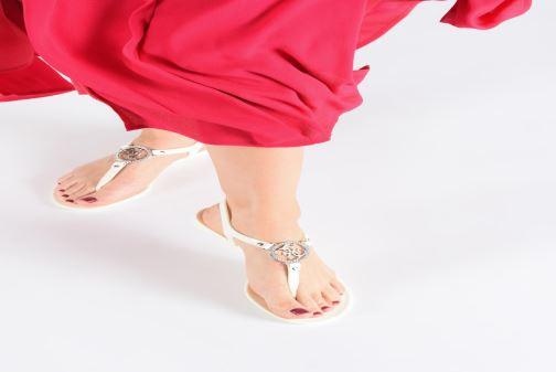 Sandales et nu-pieds Guess JACODE Blanc vue bas / vue portée sac