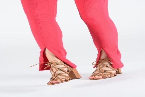 Sandales et nu-pieds Guess KARLIE Marron vue bas / vue portée sac
