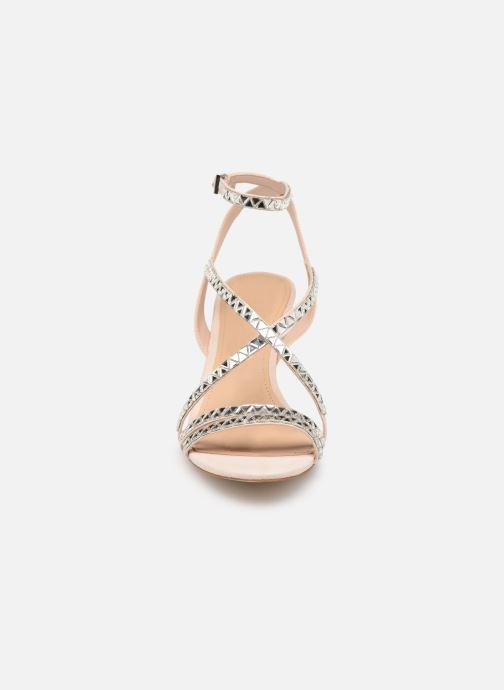 Sandali e scarpe aperte Guess NYLAE Rosa modello indossato