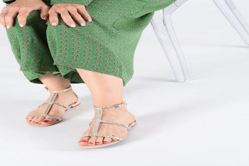 Sandalen Guess RAIVENI beige ansicht von unten / tasche getragen