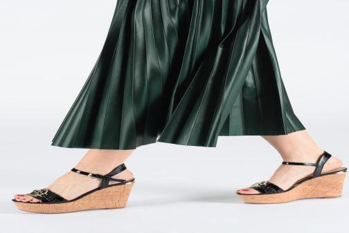 Sandalen Guess GESINA2 schwarz ansicht von unten / tasche getragen