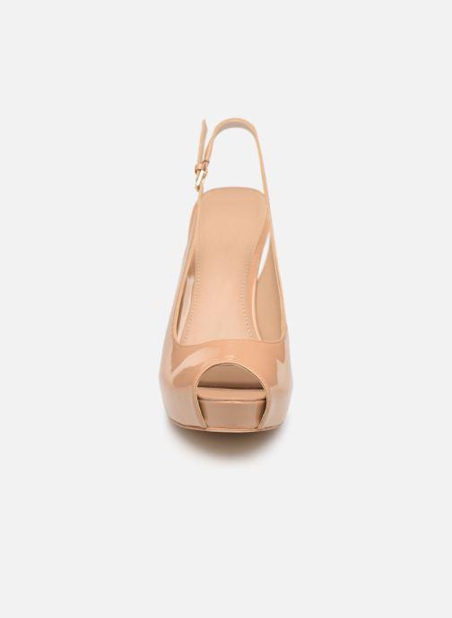 Zapatos de tacón Guess HARTLIE2 Beige vista del modelo