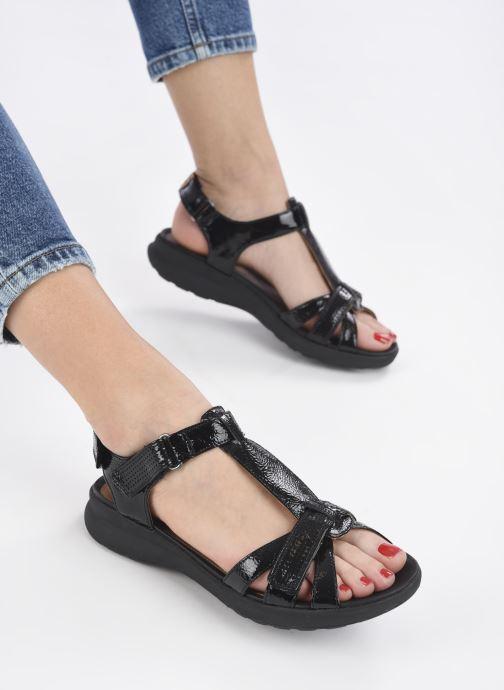 Sandalen Clarks Unstructured UN ADORN VIBE schwarz ansicht von unten / tasche getragen
