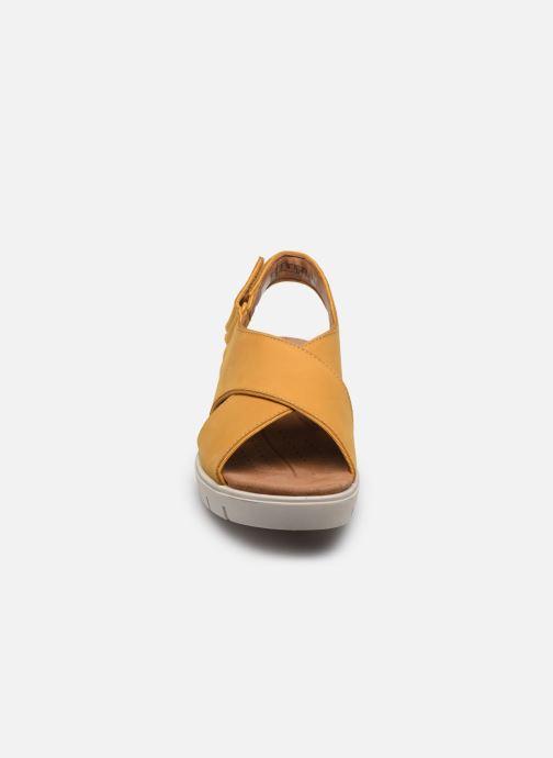 Sandali e scarpe aperte Clarks Unstructured UN KARELY SUN Giallo modello indossato
