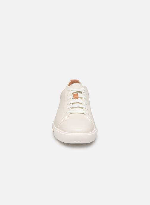 Sneakers Clarks Unstructured UN MAUI LACE Bianco modello indossato