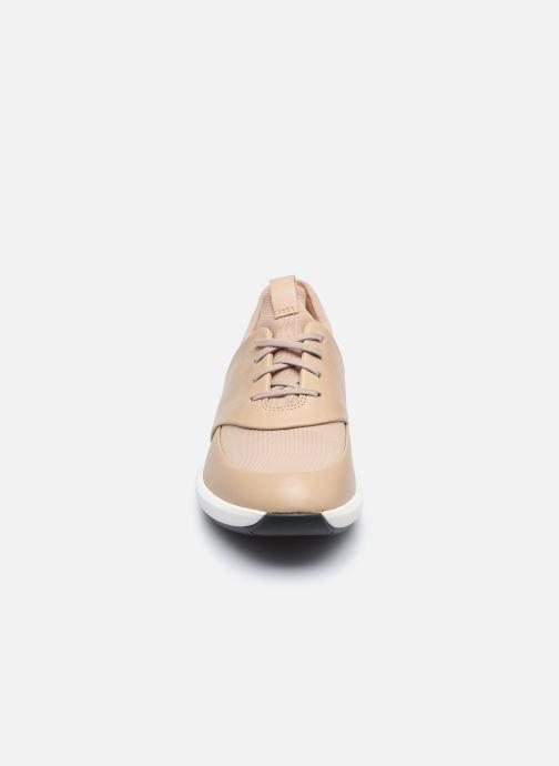 Baskets Clarks Unstructured UN RIO LACE Beige vue portées chaussures
