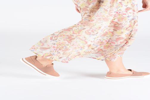 Sneaker Clarks Unstructured UN MAUI STEP rosa ansicht von unten / tasche getragen