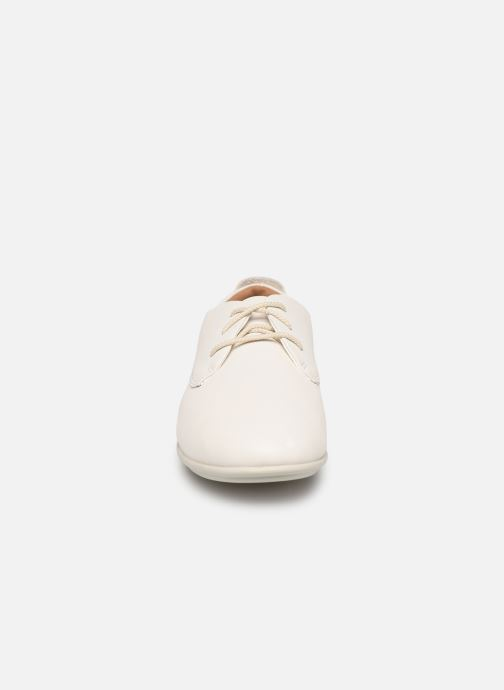 Scarpe con lacci Clarks Unstructured UN CORAI LACE Bianco modello indossato