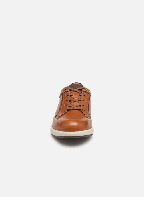 Sneakers Clarks Unstructured UN TRAIL FORM Marrone modello indossato