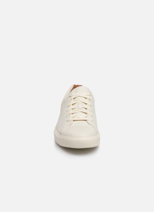 Sneakers Clarks Unstructured UN COSTA LACE Bianco modello indossato